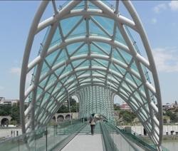 На площади перед Конгресс-холлом уфимцы смогут увидеть 13-метровый хрустальный мост