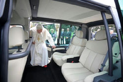 Папа римский получил в подарок экологичные электромобили