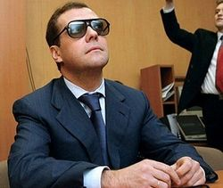 Медведев поручил разработать Минфину проект сокращения 10% чиновников