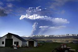 Исландия вновь повысила уровень тревоги из-за опасности извержения вулкана