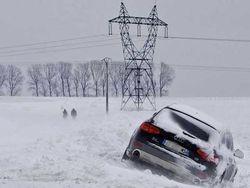 Сильнейший снегопад в Альпах парализовал движение автотранспорта