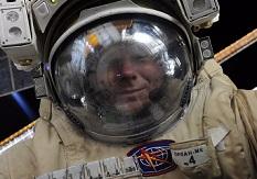 Космонавт из России сделал в открытом космосе селфи